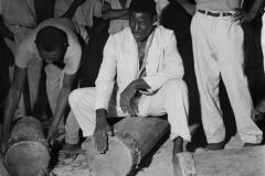 Tocadores esquentando os tambores de crioula no fogo
