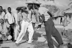 Homens dando pernada no tambor de crioula