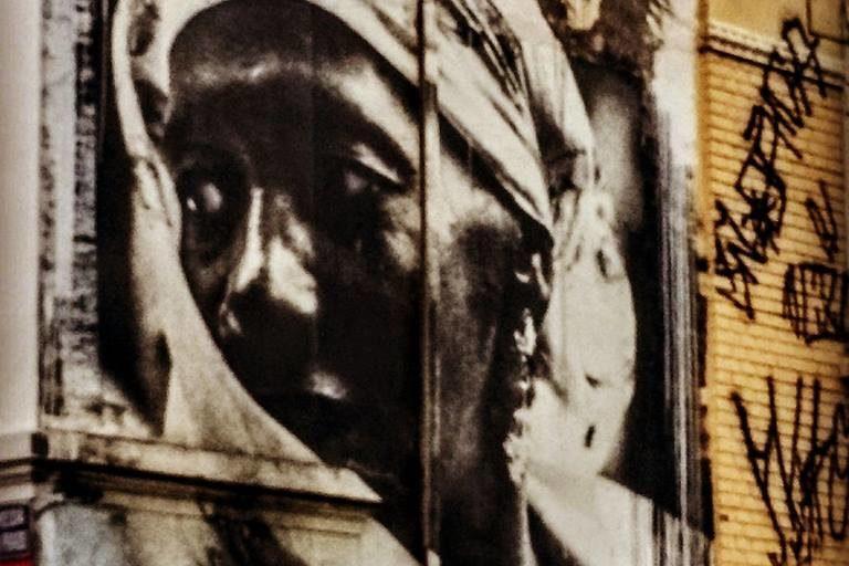 Carolina Maria de Jesus Imagem/painel: Rua Guaianases — em Ilú Obá De Min. Fonte: Página Carolina Maria de Jesus no Facebook