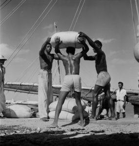 (Foto) 1948. Pierre Verger. Descarregando barco no portinho. Imagens do Maranhão - Cenas de trabalho. Fonte: Museu Afrodigital da UFMA.