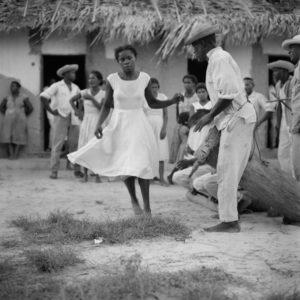 (Foto) Cururupu,1958. Marcel Gautherot  Imagens do Maranhão - Dançando diante dos tocadores.  Fonte: Museu Afrodigital da UFMA.