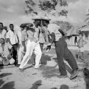 (Foto) Cururupu,1958. Marcel Gautherot. Homens dando pernada no tambor de crioula. Imagens do Maranhão - Cenas de festas religiosas e populares. Fonte: Museu Afrodigital da UFMA.